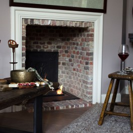 Interior design coaching – ethnic decoration of the fireplace – eclectic style